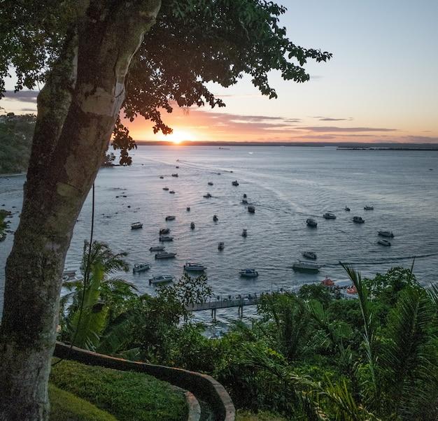 Coucher de soleil sur la mer vu d'une colline à morro de sao paulo bahia brésil