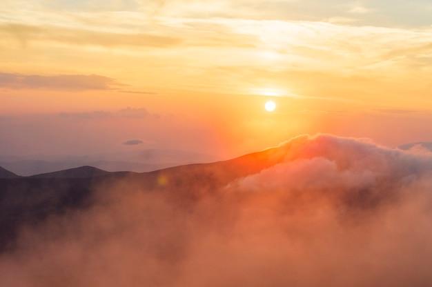 Coucher de soleil à la montagne, beaux paysages ukrainiens, vacances, voyages, randonnée à pied dans la nature, solitude