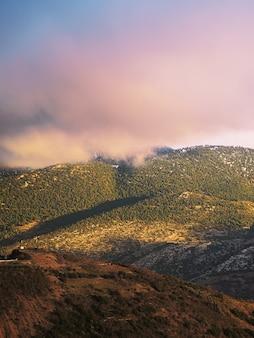 Coucher de soleil en montagne. village arachova, grèce.