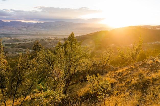 Coucher de soleil sur les montagnes des andes près de huancayo au pérou