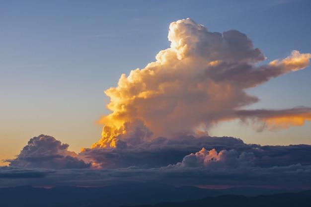 Coucher de soleil, montagnes et beaux nuages