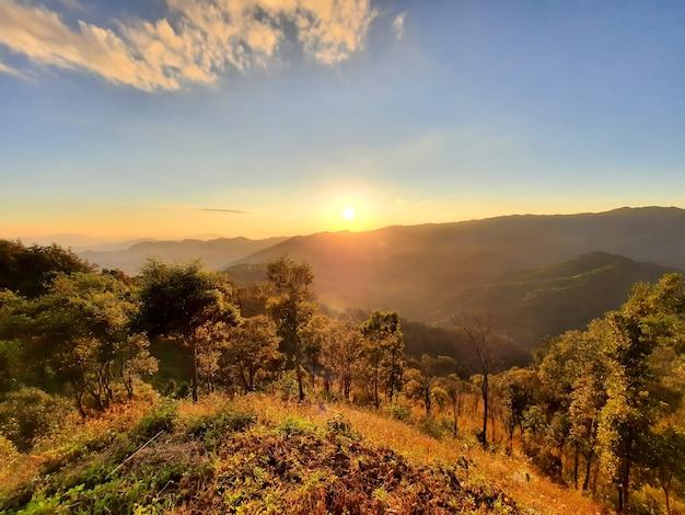 Coucher de soleil sur les montagnes à chiang rai, thaïlande.