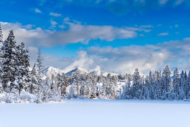 Coucher de soleil sur les montagnes et neige fraîche sur le lac lillian près d'invermere bc