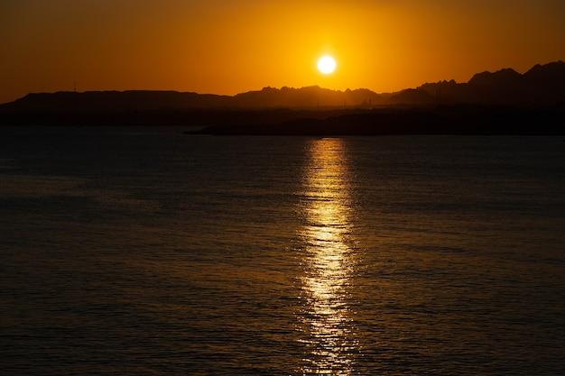 Coucher de soleil sur les montagnes, sur la péninsule du sinaï, egypte, sharm el sheikh, mer rouge.