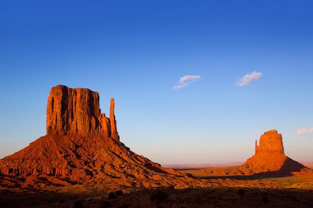 Coucher de soleil sur monument valley west mitten et merrick butte