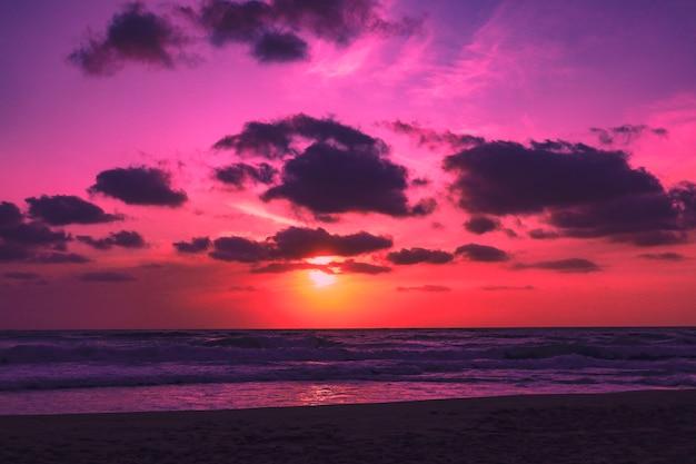 Coucher de soleil multicolore sur la plage