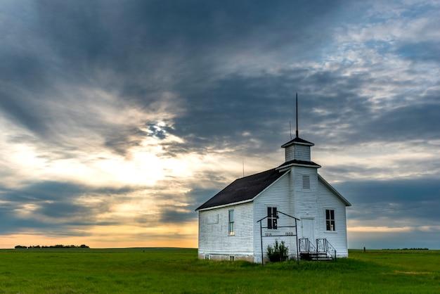 Coucher de soleil sur la north saskatchewan landing schoolhouse, près de kyle, en saskatchewan