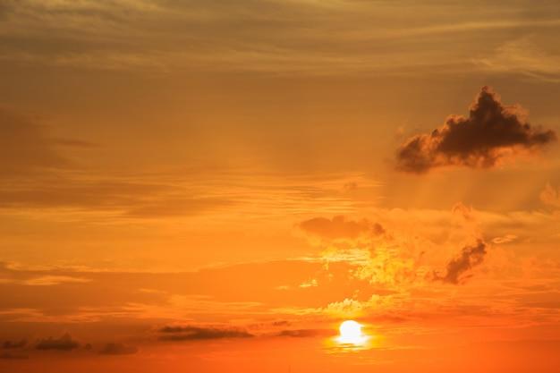 Coucher de soleil avec des nuages le ciel est dans la belle dramatique