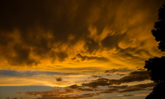 Coucher de soleil avec des nuages mammatus à tarragone, espagne