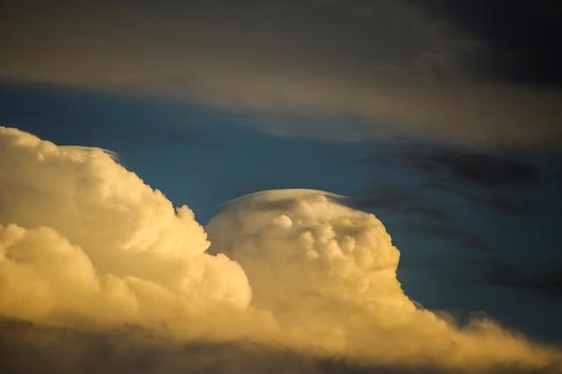 Coucher de soleil et nuages d'orage