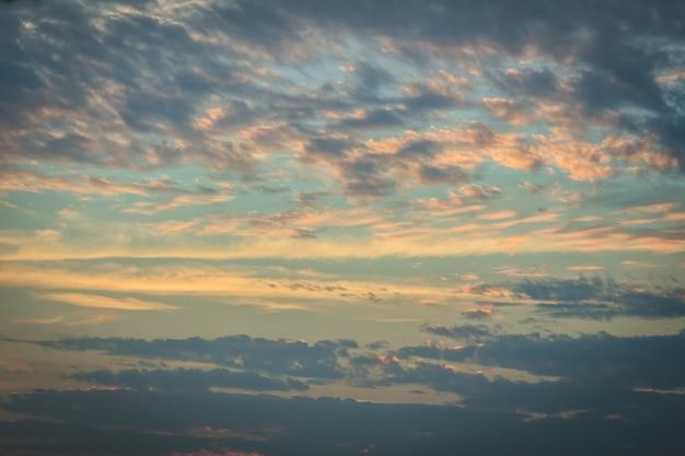 Coucher de soleil avec nuages et rayons de lumière, autre effet atmosphérique à utiliser comme image de fond