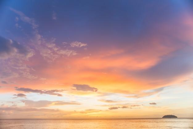 Coucher de soleil avec des nuages