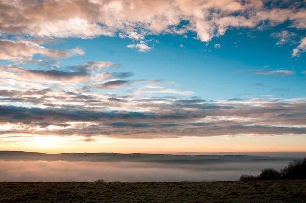 Un coucher de soleil nuageux
