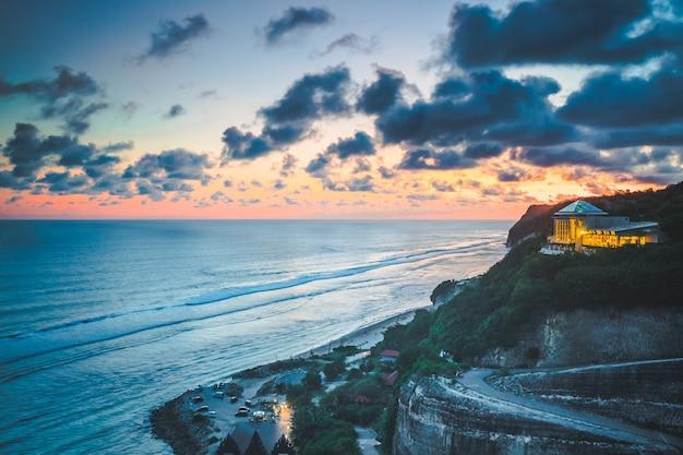 Coucher de soleil sur l'océan, la falaise, l'hôtel. bali.