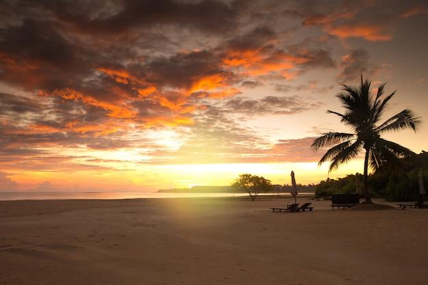 Coucher de soleil sur l'océan sur l'île tropicale