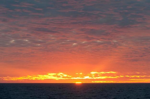 Coucher de soleil sur l'océan pacifique, île isabela, îles galapagos, équateur