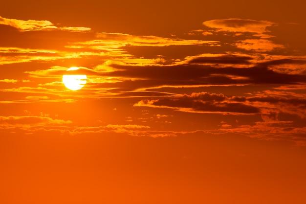 Coucher de soleil orange ciel au soir