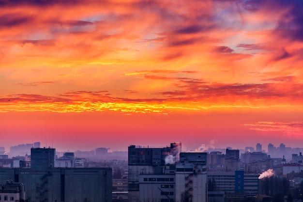Coucher de soleil orange paysage urbain.