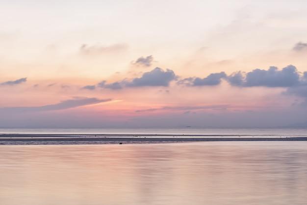 Coucher de soleil panoramique sur le ciel de la mer pastel avec la lumière dorée