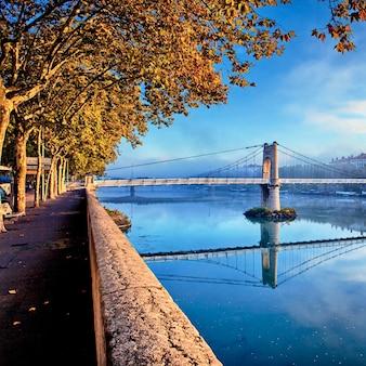 Coucher de soleil sur la passerelle dans la ville de lyon à l'automne