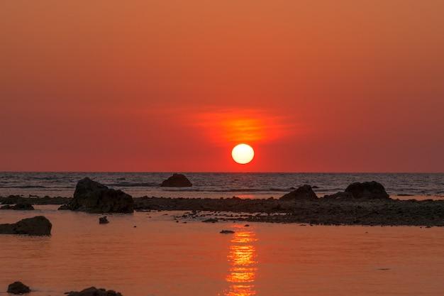 Coucher de soleil paysage à cape coral dans la mer d'andaman à phang nga, sud de la thaïlande