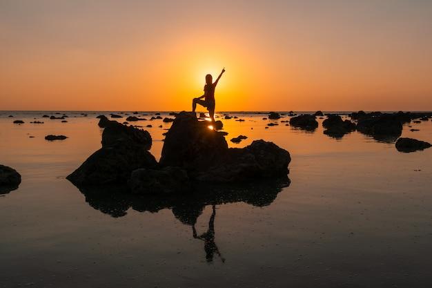Coucher de soleil paysage à cape coral dans la mer d'andaman à phang nga