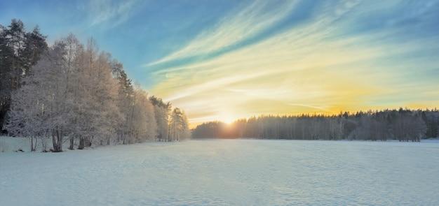 Coucher de soleil paysage d'hiver