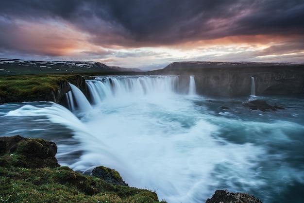 Le coucher de soleil sur les paysages et les cascades. kirkjufell, islande