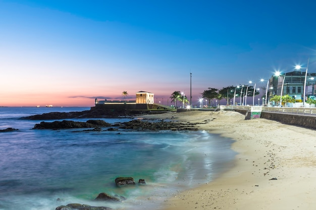 Coucher de soleil sur la plage de barra à salvador bahia au brésil.