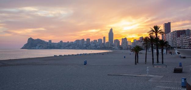Coucher de soleil sur la plage de benidorm