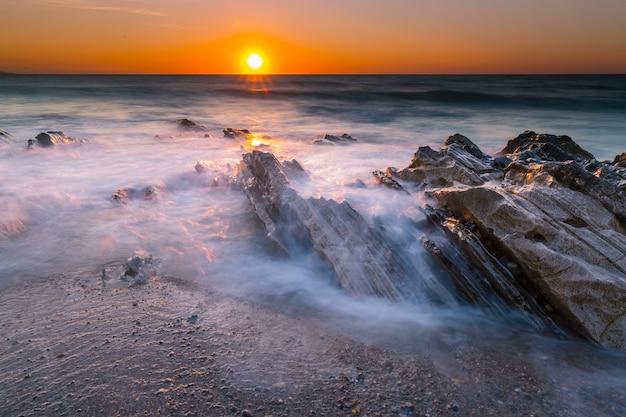 Coucher de soleil sur la plage de bidart à côté de biarritz, au pays basque.