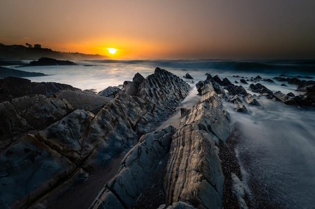 Coucher de soleil sur la plage de bidart à côté de biarritz, pays basque
