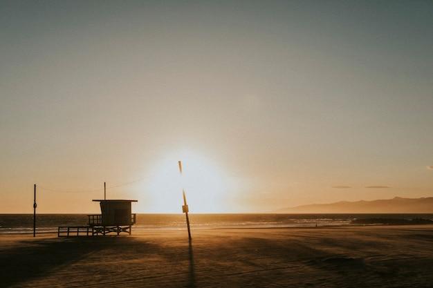 Coucher de soleil sur une plage en californie