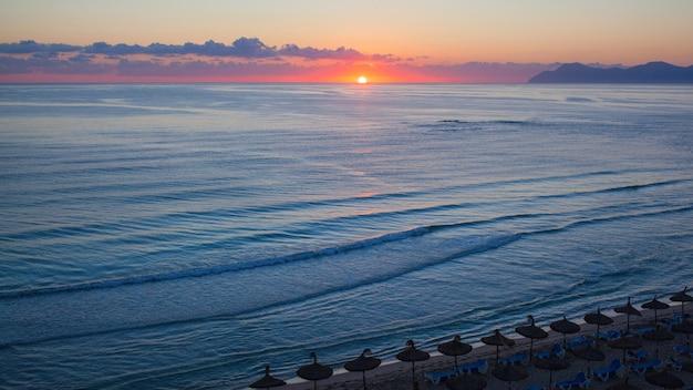 Coucher de soleil sur la plage de can picafort, majorque
