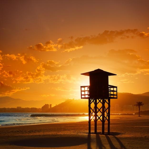 Coucher de soleil sur la plage cullera playa los olivos à valence