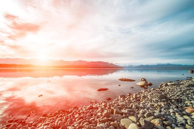 Coucher de soleil sur une plage de galets