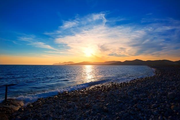 Coucher de soleil sur la plage ibiza cap des falco es vedra à san josé