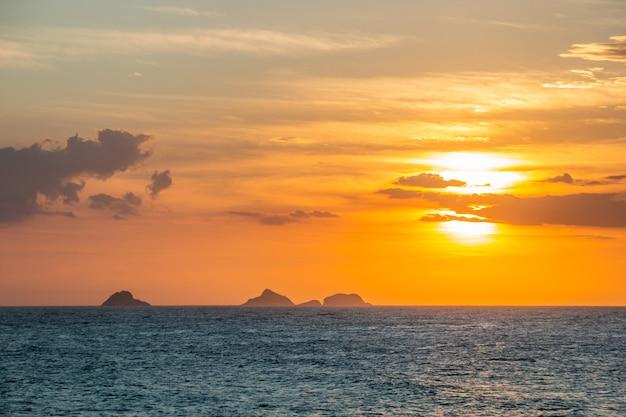 Coucher de soleil à la plage d'ipanema à rio de janeiro au brésil.