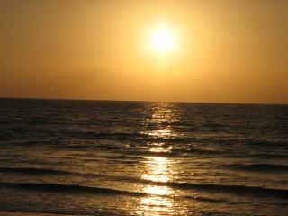 Coucher de soleil sur la plage de karachi, des vagues