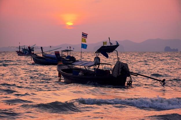 Coucher de soleil sur la plage de khlong muang, krabi, thaïlande