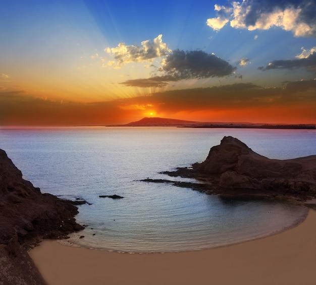 Coucher de soleil sur la plage lanzarote playa papagayo