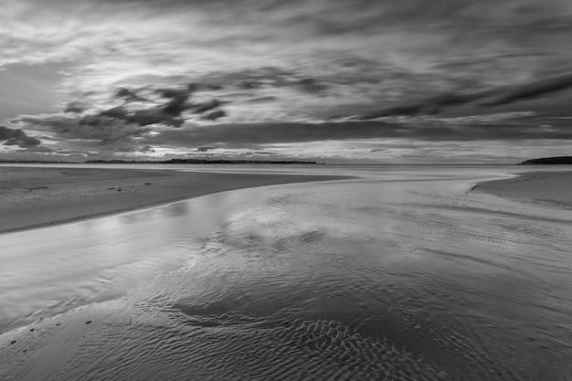 Coucher de soleil sur la plage de loredo. cantabrie. espagne.