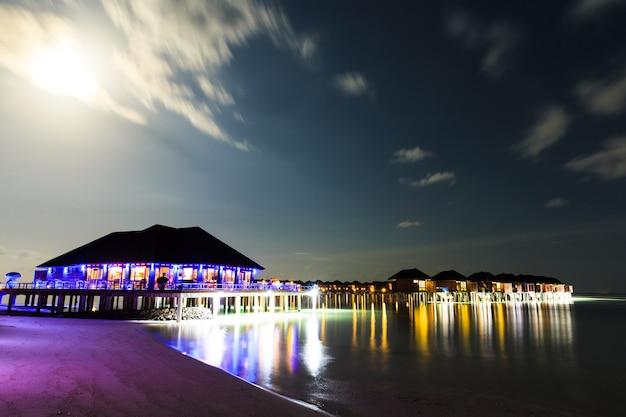 Coucher de soleil sur la plage des maldives