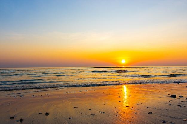 Coucher de soleil et plage de la mer