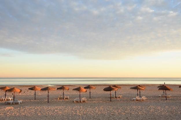 Coucher de soleil sur la plage de monte gordo, algarve, portugal