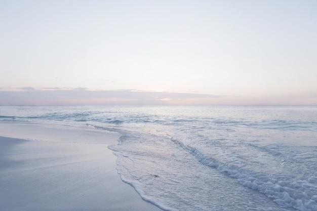 Coucher de soleil sur la plage paradisiaque aux seychelles