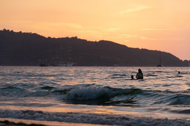 Coucher de soleil sur la plage de patong, province de phuket en thaïlande
