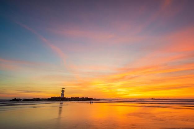 Coucher de soleil sur la plage à phuket en thaïlande