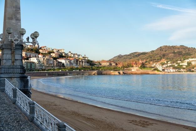 Coucher de soleil sur la plage de san sebastian