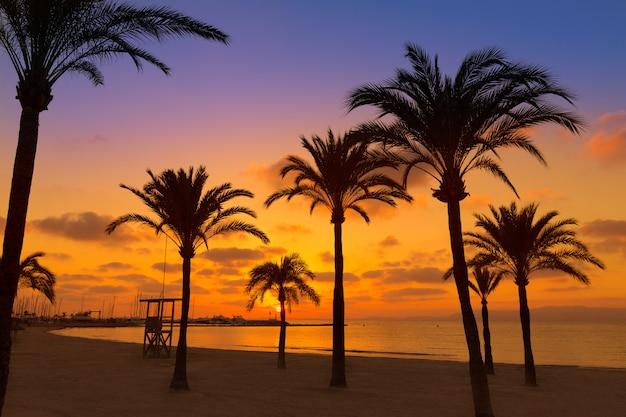 Coucher de soleil sur la plage sarenal de majorque el arenal près de palma